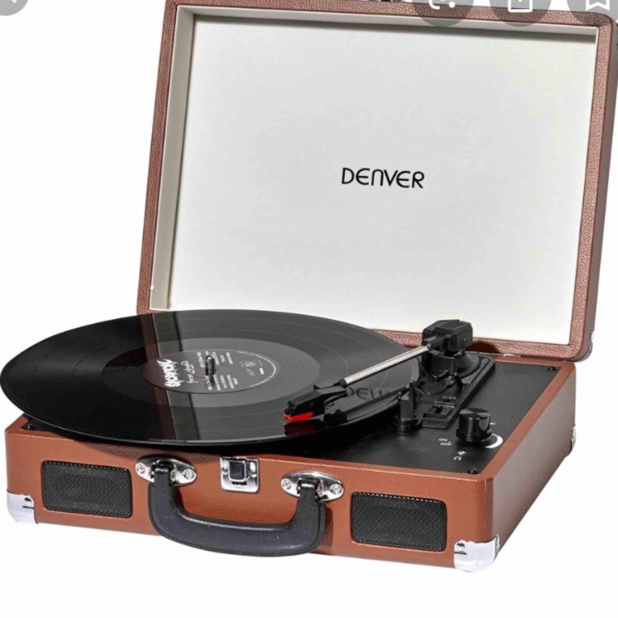 Önskar köpa bärbar vinylspelare med inbyggda högtalare. Bild som referens, behöver inte vara samma modell!  Kan mötas upp i stockholm.  . Övrigt.