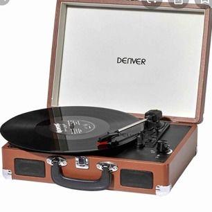 Önskar köpa bärbar vinylspelare med inbyggda högtalare. Bild som referens, behöver inte vara samma modell!  Kan mötas upp i stockholm.