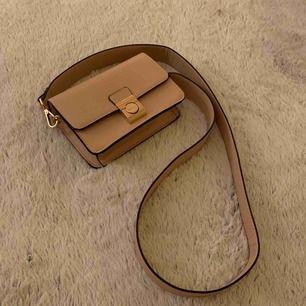 Varför inte köpa en liten rosa beige handväska till nästa festlighet eller som present kanske? Använd bara en gång. Inga skador som helst. Frakt tillkommer