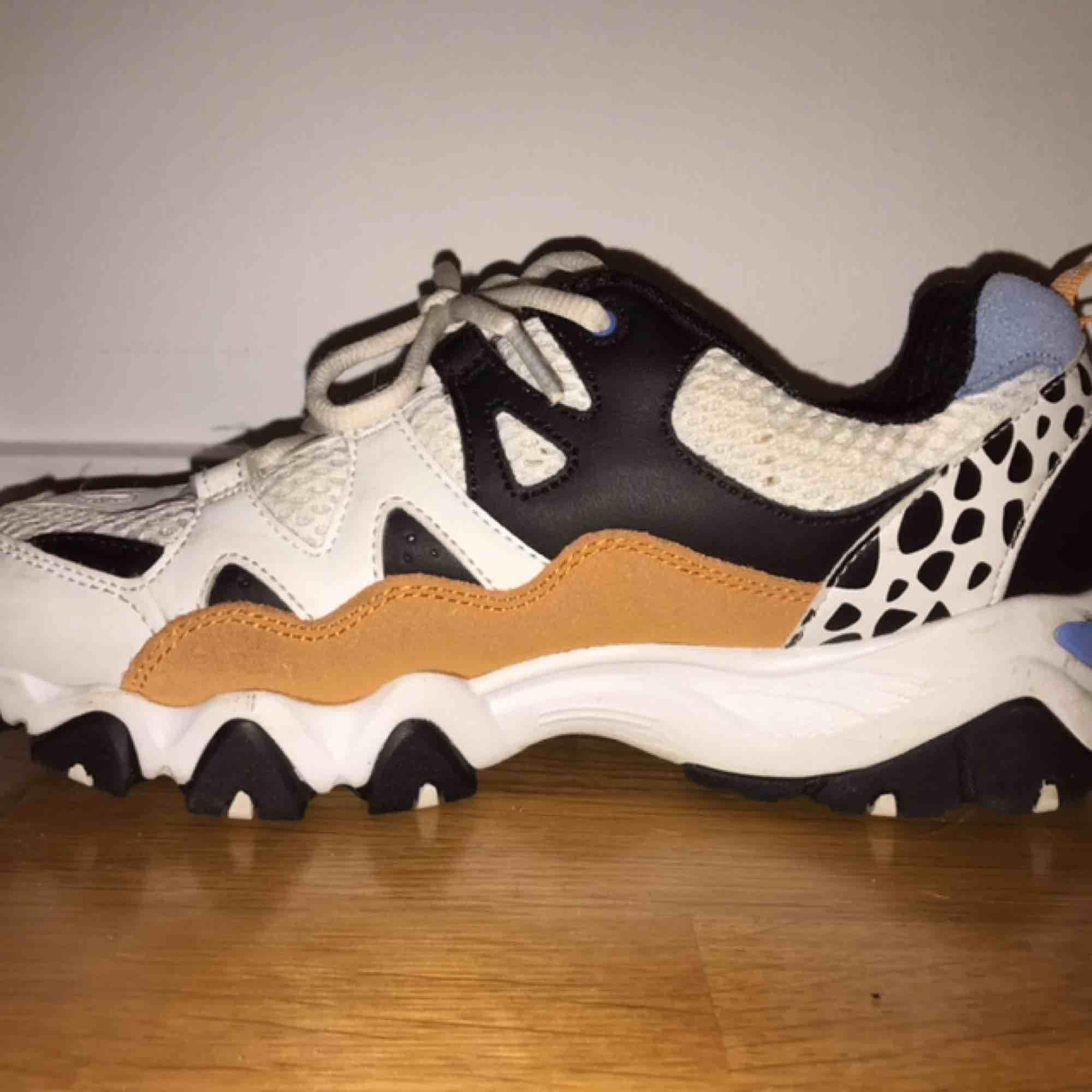Supercoola chunky sneakers. Köpta i Gran Canaria. Är tyvärr för små, så nu säljer jag dom. Använda ett fåtal gånger och är inte helt vita längre men är fortfarande i bra skick😊 Ny pris 620kr. Skriv för fler bilder. Köpare står för frakt💕 . Skor.