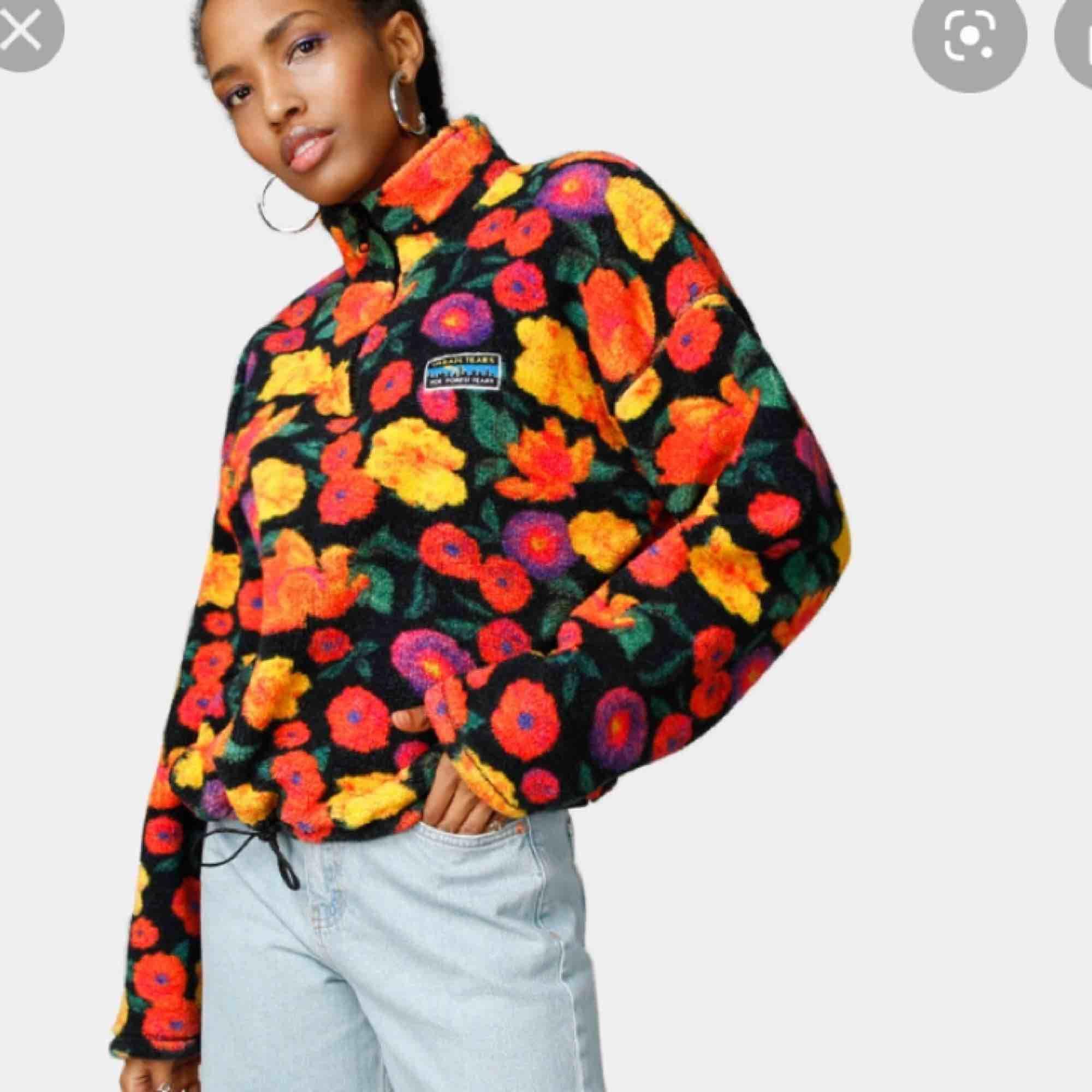 Sökes! Strl S eller M (inte mindre eller större). Betalar bra! #junkyard #urbantears #blommor #blommig #fleece #flis #fleecetröja #fliströja #pattern #krage #urban #style #fashion #hjälp #sökes #söker #tröja #sweater . Huvtröjor & Träningströjor.