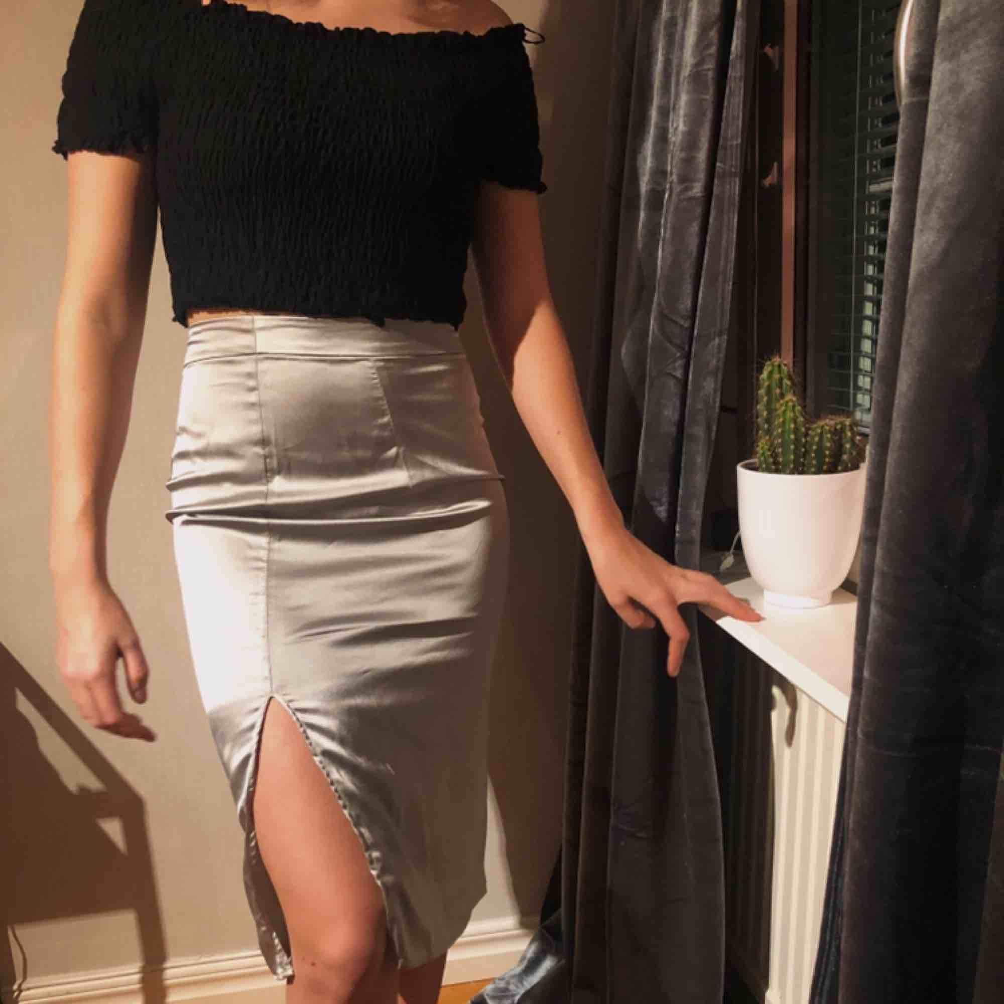 Jättefin kjol med slits som endast är testad. Säljs för att den inte kommit till användning💓😊 köparen står för frakt. Kjolar.