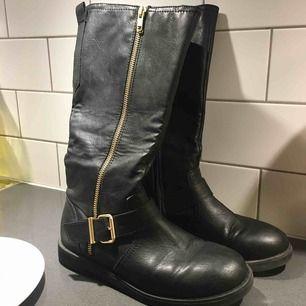 Ett par varma vinter skor från H&M. Säljer för att de var lite för små. Skriv gärna om du vill ha flera bilder😊. Möts upp eller fraktas men då står köparen för frakten✨💝 pris kan diskuteras vid snabb affär🥰