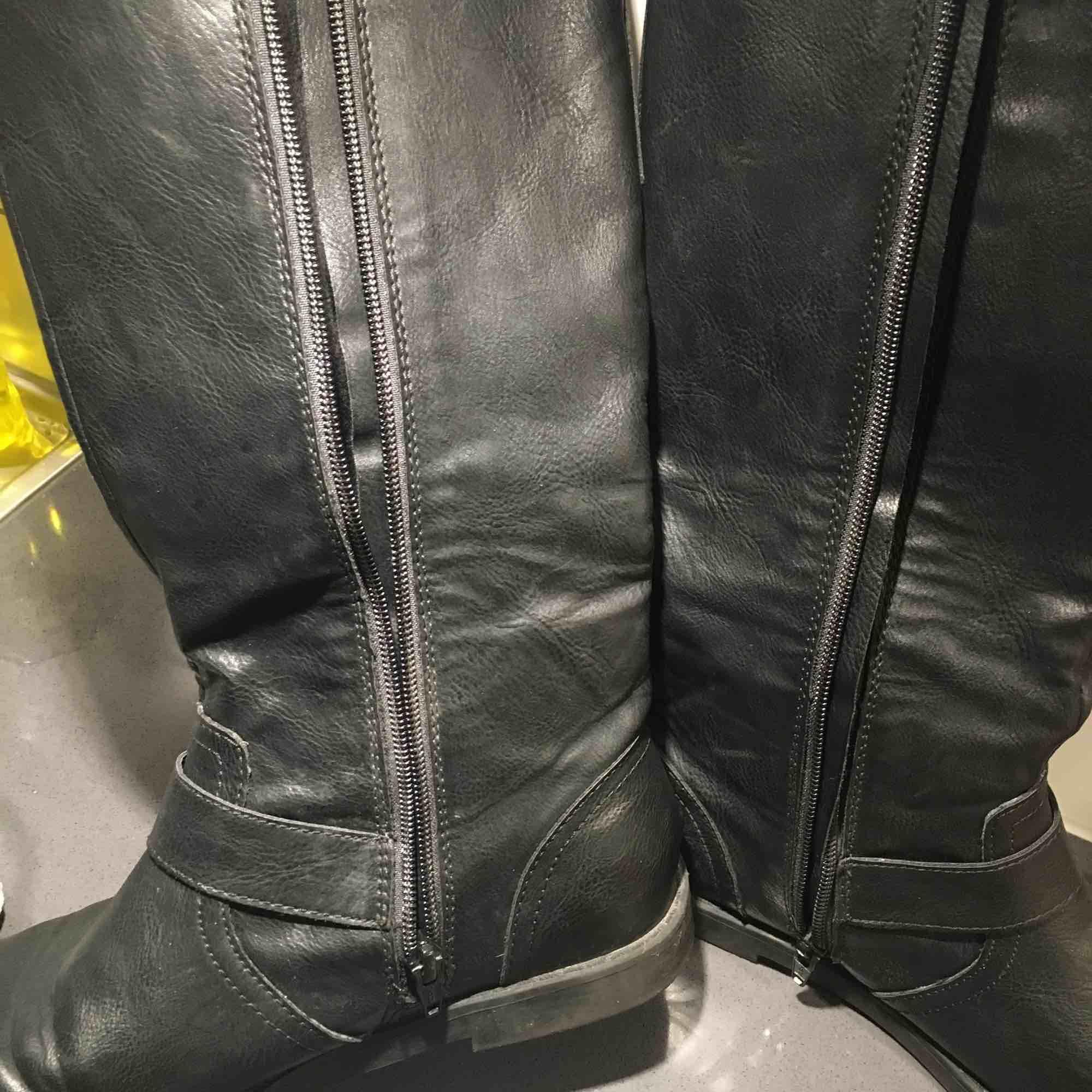 Ett par varma vinter skor från H&M. Säljer för att de var lite för små. Skriv gärna om du vill ha flera bilder😊. Möts upp eller fraktas men då står köparen för frakten✨💝 pris kan diskuteras vid snabb affär🥰. Skor.