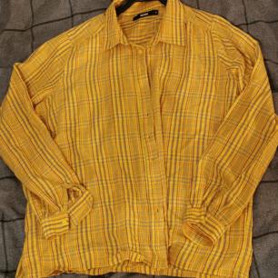 kort gulrutig skjorta från bikbok stl. M. nästintill oanvänd, köpt i somras! 100kr+frakt, betala via swish<3
