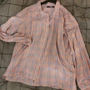 lilarutig skjorta från bikbok, stl. M. köpt i somras, helt oanvänd! på bilden ser ränderna ut att vara blå å orange, men det ska vara rödaktig tog ist samt blå.. 100kr+frakt,betalning via swish<3
