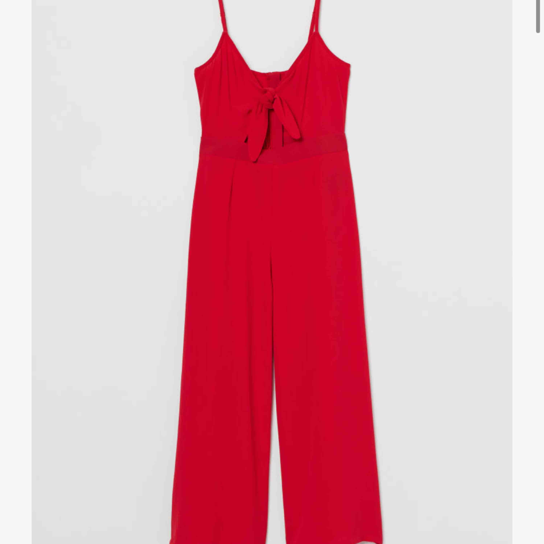 Röd superfin jumpsuit från H&M, aldrig använd ❤️ (bilder lånade från hemsidan!!!) frakt tillkommer . Övrigt.