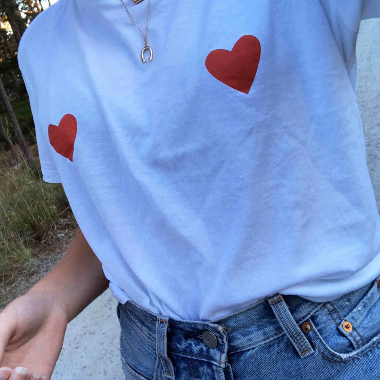 Säljer denna snygga t-shirt från nakd! Den är i toppen skick, endast använd ett fåtal gånger! Köparen står för frakt:) . T-shirts.