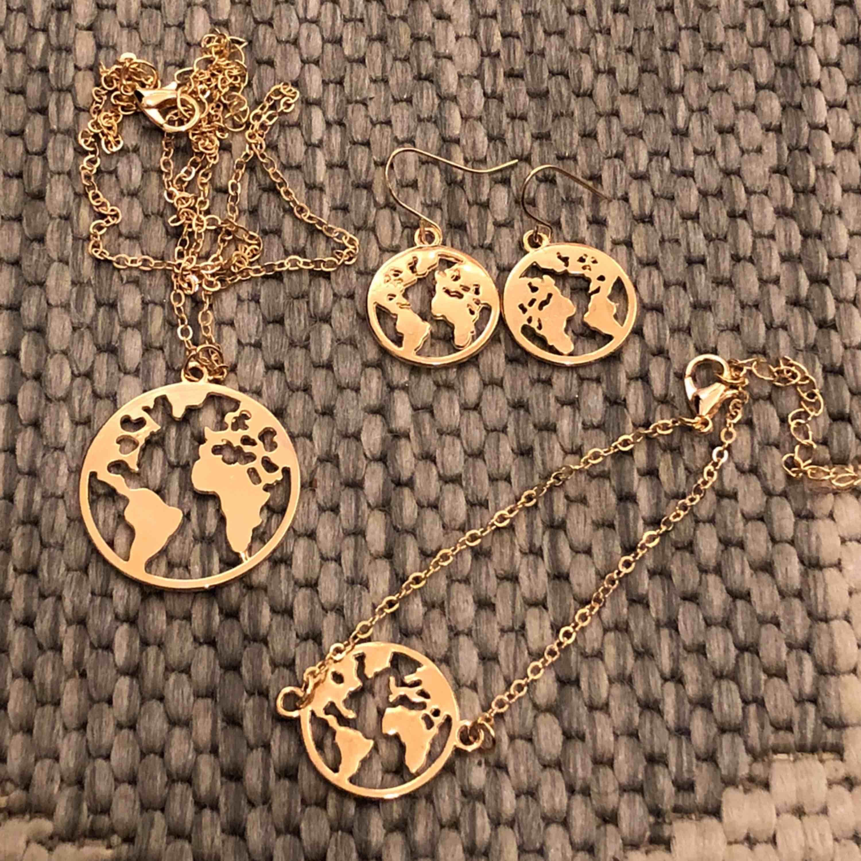 Guldigt smyckesset i form av jorden/tellus. I setet ingår halsband, armband och örhängen! Fri frakt💞🌎 (säljer även ett silvrigt set). Accessoarer.