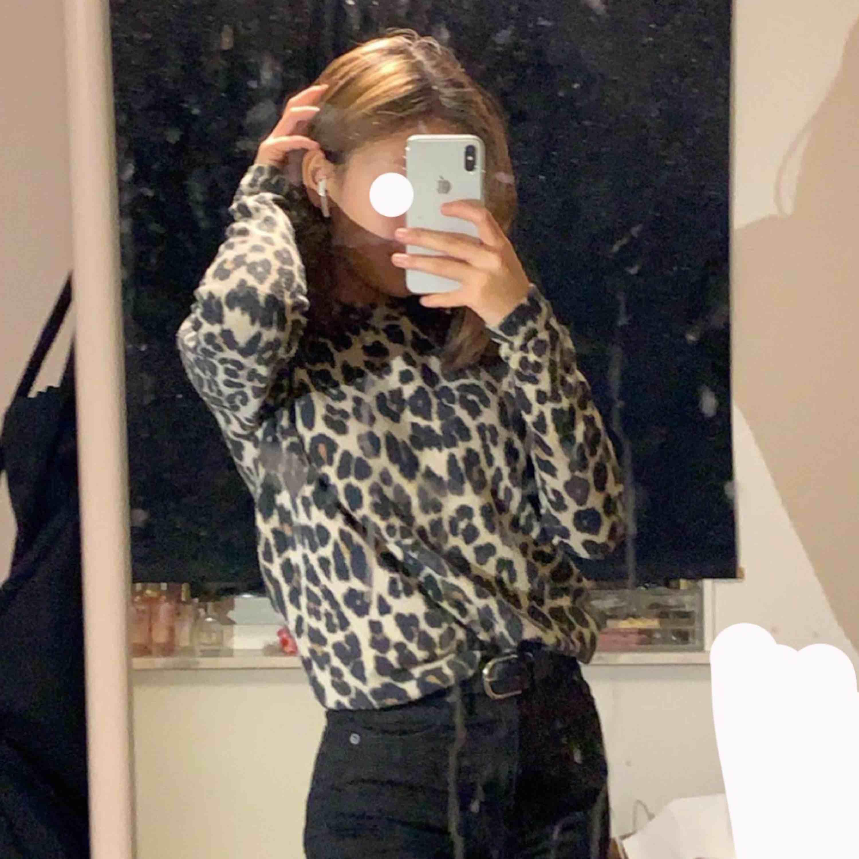 Säljer en fin mjuk tröja i leopard mönster från Gina! Är i stl XS men är väldigt stretchiga. Använd 2 - 3 gånger och är i väldigt bra skick! 100+ frakt eller in mötas upp i Stockholm.. Tröjor & Koftor.