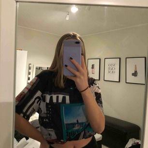 Säljer denna tröja/t-shirt ifrån nakd! Den är i utmärkt skick, använd ca 2 ggr! På bild nr 3 så ser du hur lång tröjan är på mig som är 163 cm! På de andra bilderna har jag vikt upp tröjan☺️köpare står för frakt:)