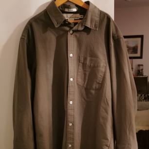 mörgrön/milotärgrön skjorta, tajt lång form. köpt från hm, använd sällan! stl. M, säljes för 80kr+frakt, swish<3