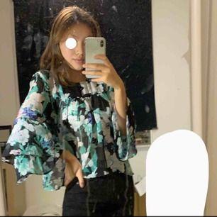 Säljer denna fina blus från Gina i ett fint mönster! Använd 2 - 3 och är i ett väldigt bra skick! Har utsvängda armar och har en knapp! 100 kr + frakt eller mötas i stockholm