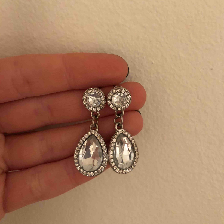 Säljet ett par super fina örhängen från ur&penn! Välidigt lika lily and rose örhängen!! De är i toppen skick och är inte använda så ofta! Köpare står för frakt. Accessoarer.