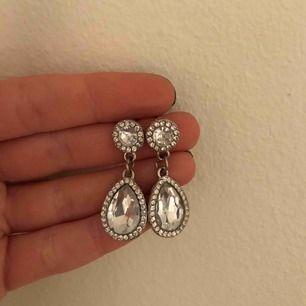 Säljet ett par super fina örhängen från ur&penn! Välidigt lika lily and rose örhängen!! De är i toppen skick och är inte använda så ofta! Köpare står för frakt