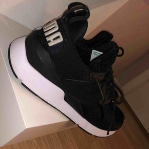 Snygga skor som knappt e använda.. säljs pga att de är för stora
