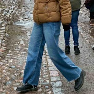 Wide leg jeans från junkyard i storlek 30. De är jättebra skick men klippta av tidigare ägare, se första bilden. Jättebra klippt dock och ser jättejämt ut och är skitsnyggt! Är tyvärr för stora gör mig. Hör av er för fler bilder eller diskutera pris 💞