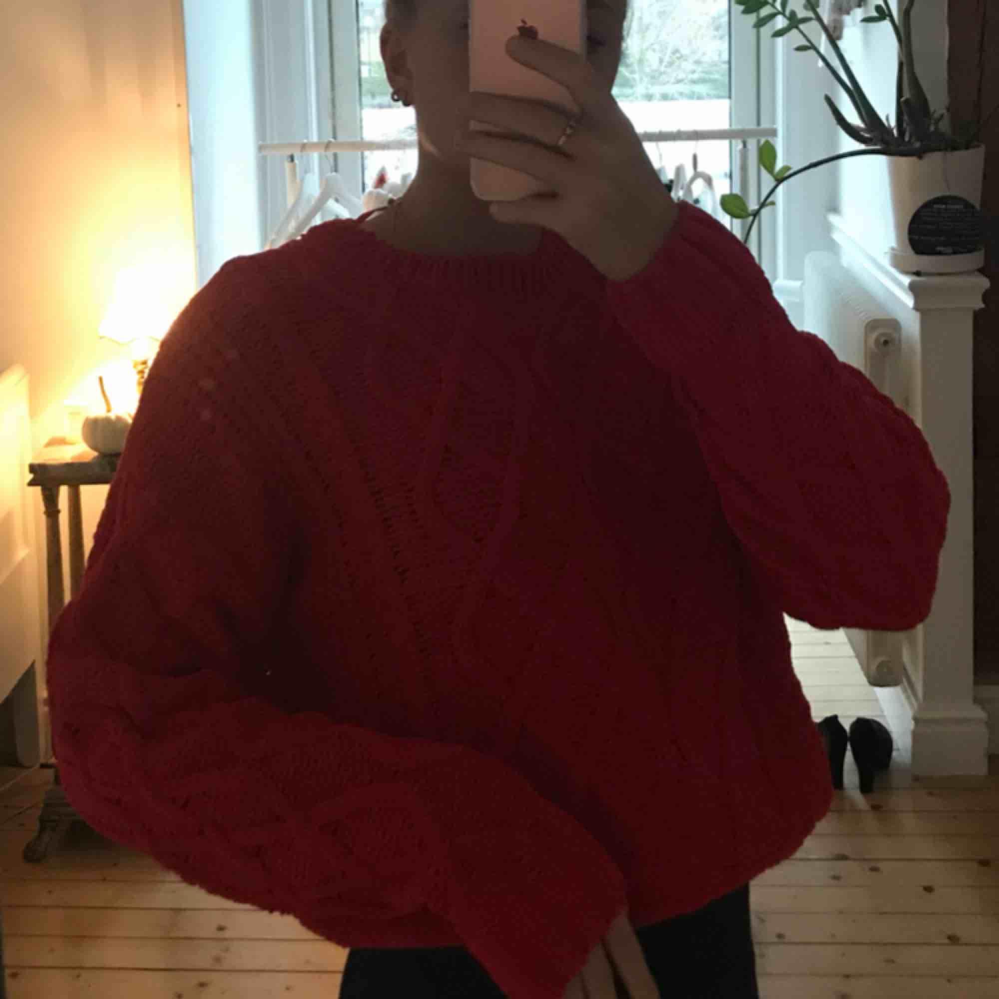 Röd stickad tröja . Stickat.
