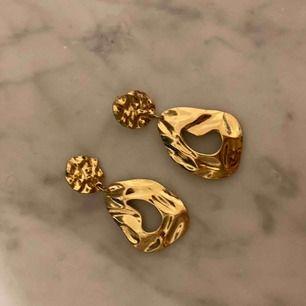 Fina guldörhängen som aldrig kommit till användning, frakten tillkommer