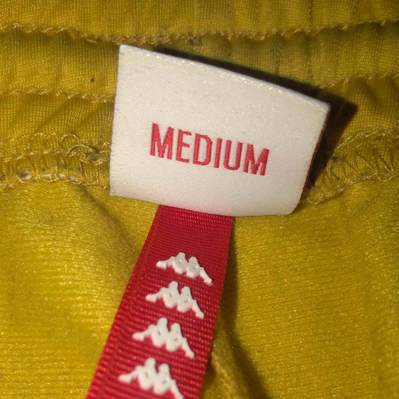 Ett par gula kappa byxor knappt använda då dem inte passar. Ordinarie pris- 699kr 🤩. Jeans & Byxor.