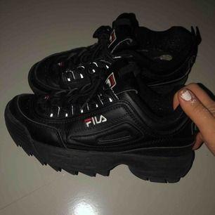 Ett par flitigt använda svarta fila skor, säljer då jag har för mycket skor😇 ordinarie pris- 1099kr