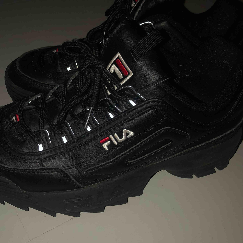 Ett par flitigt använda svarta fila skor, säljer då jag har för mycket skor😇 ordinarie pris- 1099kr . Skor.