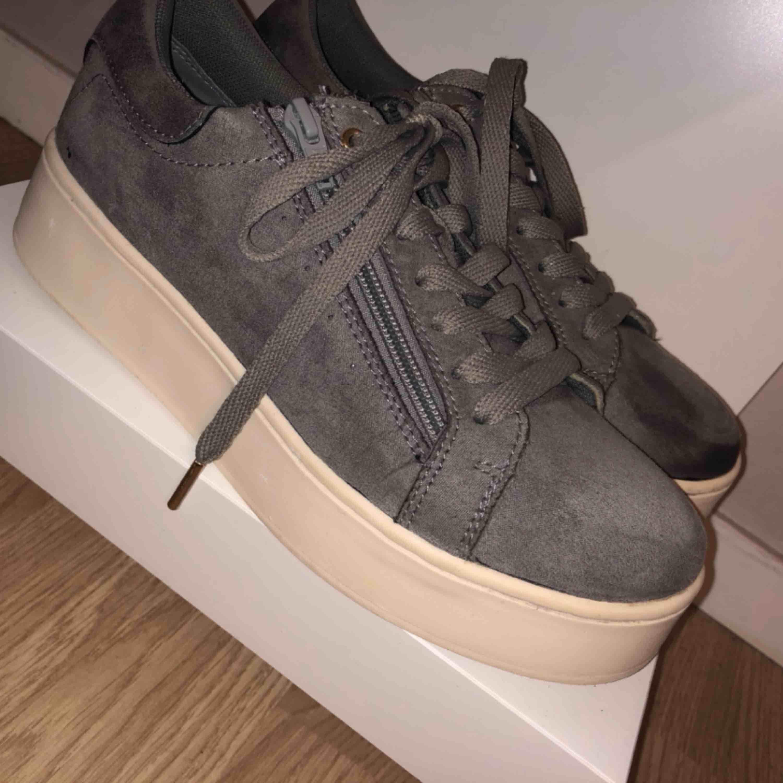 Snygga gråa samet skor. Skor.