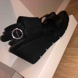 Snygga svarta högplatå skor.. använda Max 1 gång