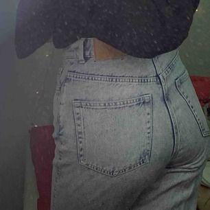 Ljusblå Weekday Jeans. Modell Row. Raka Straight Mom Jeans. Ganska frekvent använda men inga större slitningar.
