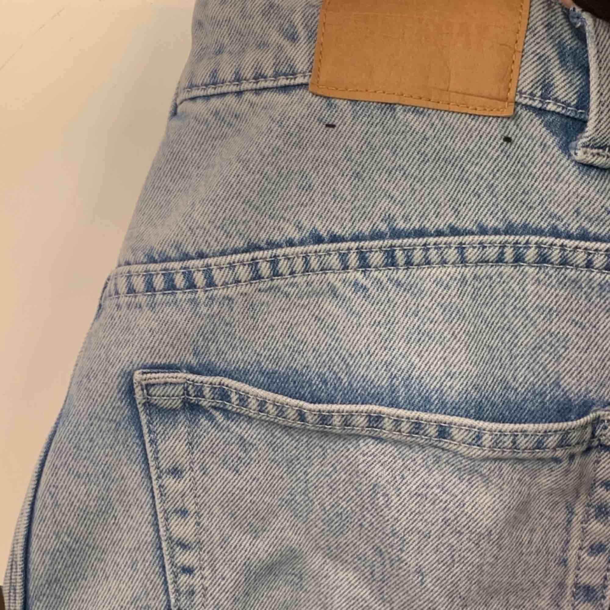 Ljusblå Weekday Jeans. Modell Row. Raka Straight Mom Jeans. Ganska frekvent använda men inga större slitningar.. Jeans & Byxor.