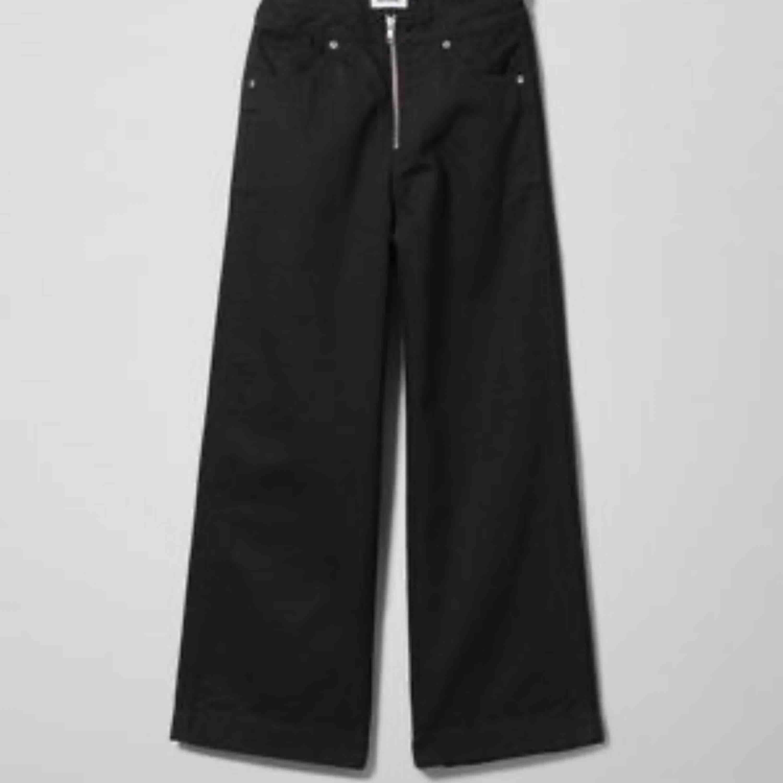 Skit snygga svarta jeans🤩 Ursprungs pris 500kr. Säljer pga att jag aldrig använder jeansen. De är breda och små i strl, de slutar ovanför anklarna på mig som är 160.  200+frakt, kan också mötas upp i Sthlm . Jeans & Byxor.