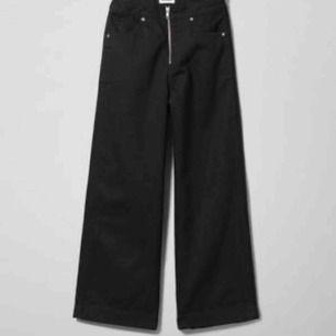 Skit snygga svarta jeans🤩 Ursprungs pris 500kr. Säljer pga att jag aldrig använder jeansen. De är breda och små i strl, de slutar ovanför anklarna på mig som är 160.  200+frakt, kan också mötas upp i Sthlm