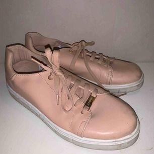 Jättefina rosa-beigea skor från Topshop. Bra skick, inte använda så mycket. Lite smutsiga men går säkert bort lätt.