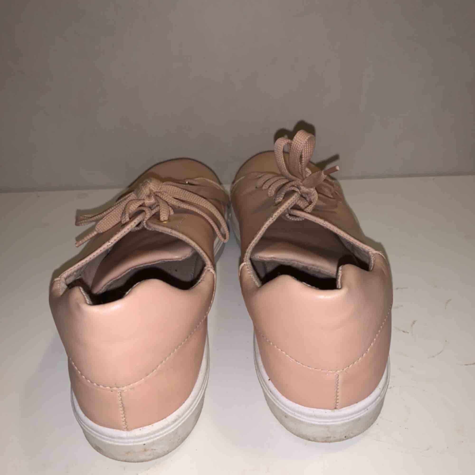 Jättefina rosa-beigea skor från Topshop. Bra skick, inte använda så mycket. Lite smutsiga men går säkert bort lätt.. Skor.