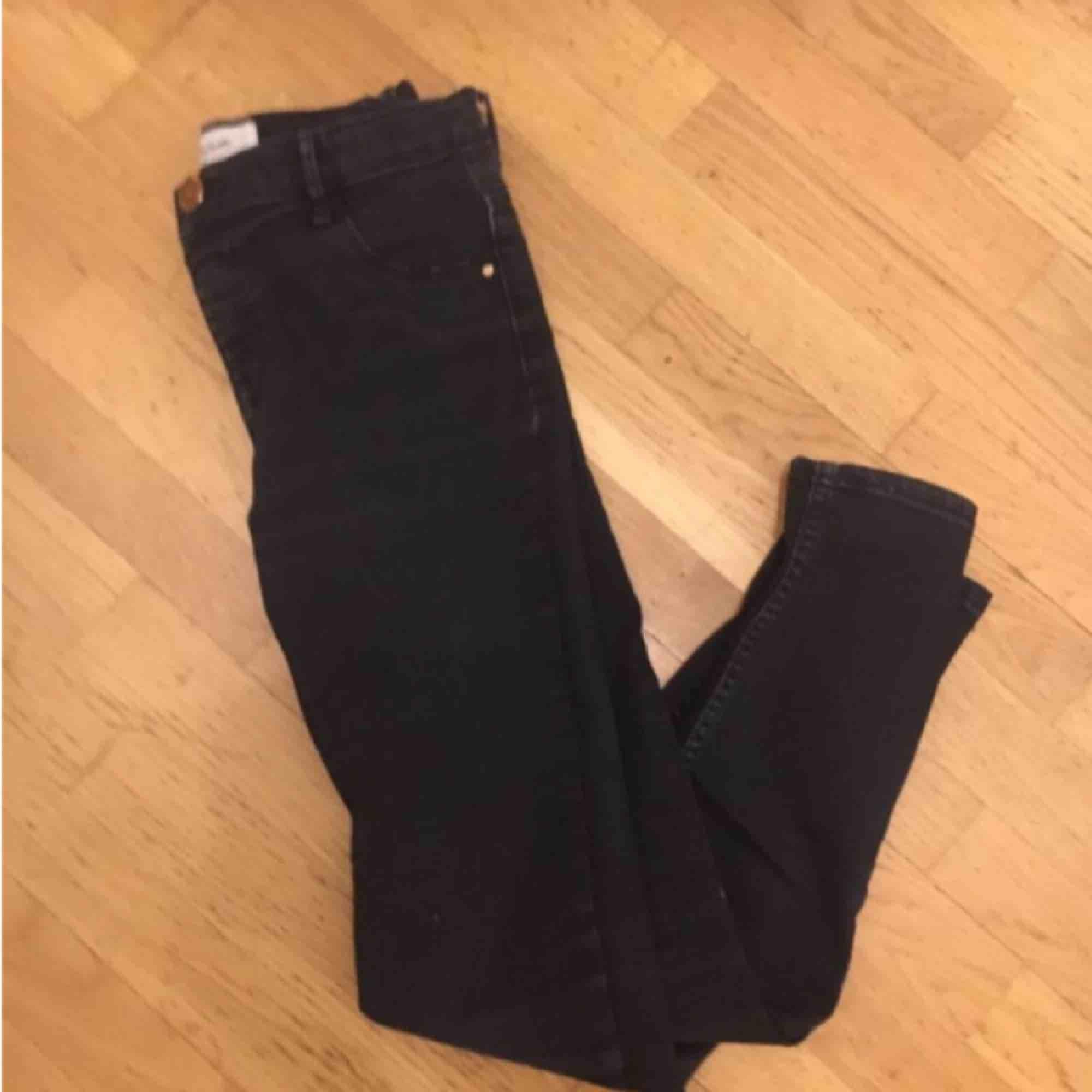 Ett par jeans från river island . Jeans & Byxor.