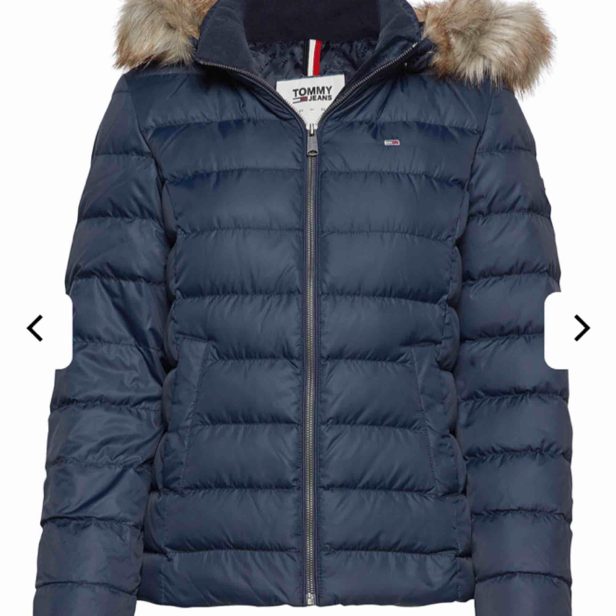 Mörkblå vinterjacka från Tommy Hilfiger köpt på nk för 2500kr förra året, är i mycket bra skick o inga synliga deffekter, kan sänka pris vid snabb affär. Jackor.