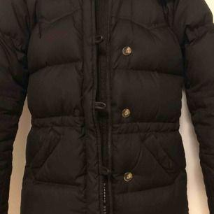 Mörkbrun Boomerang Alexandra down jacket i storlek XXXS. Nyskick och otroligt varm och skön vinterjacka. Nypris ca 6000kr. Kan gå ner i pris vid snabb affär.
