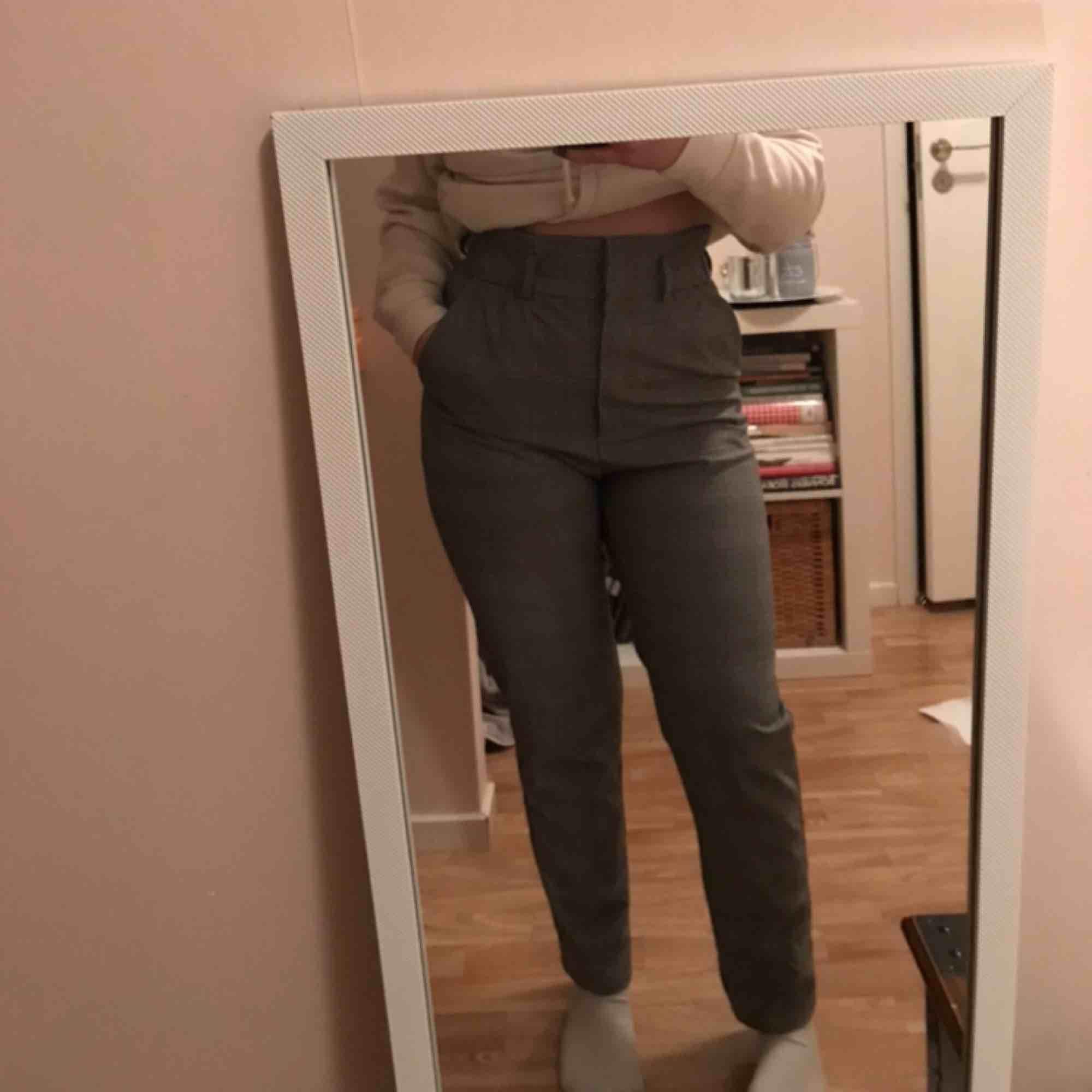 Ett par kostymbyxor jag typ aldrig använt! köpt dom på h&m och det är ett skönt material! Frakt ingår💕 . Jeans & Byxor.