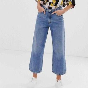 Ett par jeans köpta från monki. Modellen heter mozik. De är vida i benen. Supersnygga🤩🤩 Knappt använda.   100kr+frakt, kan också mötas upp i Sthlm