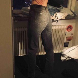 asballa armani-jeans! verkl 2 die for🥺 perfekta grå-svarta färgen! säljer endast pga liiite för små på mig😢 (strl 28 men små i storleken imo) frakt tillkommer!