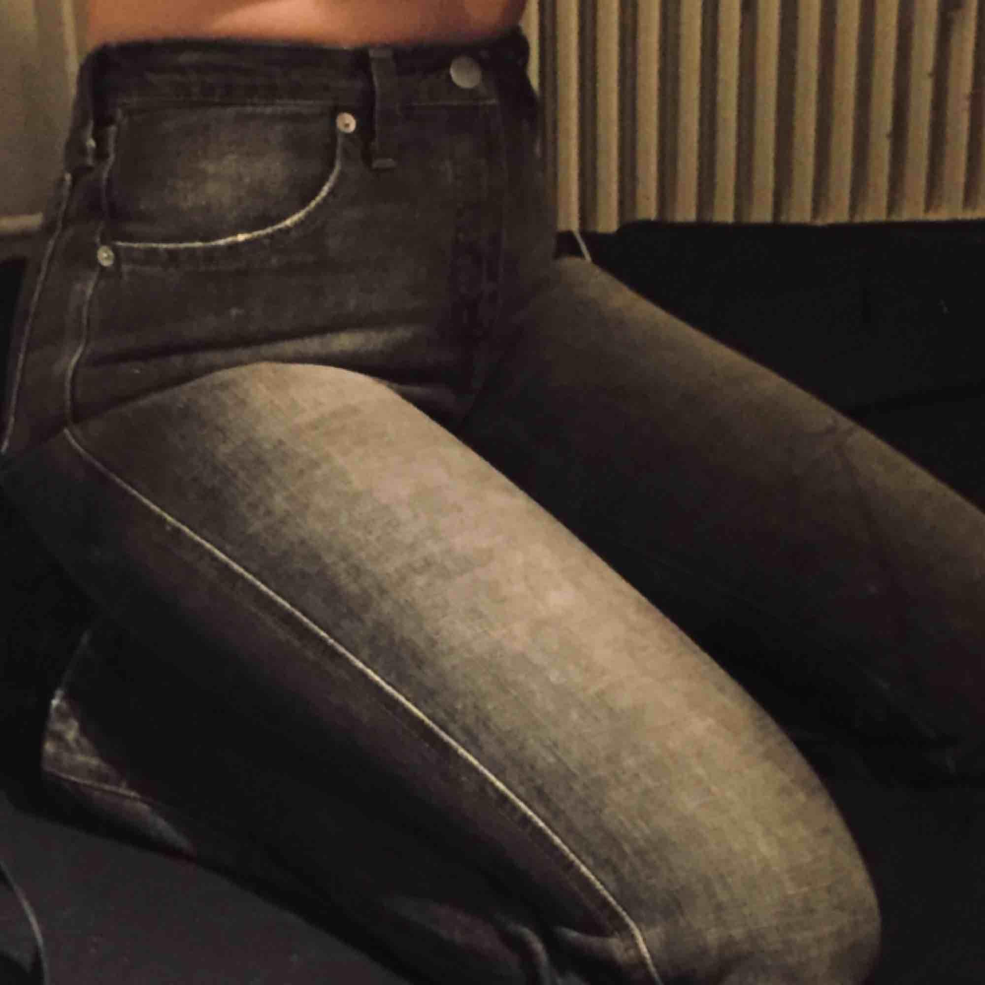 asballa armani-jeans! verkl 2 die for🥺 perfekta grå-svarta färgen! säljer endast pga liiite för små på mig😢 (strl 28 men små i storleken imo) frakt tillkommer! . Jeans & Byxor.