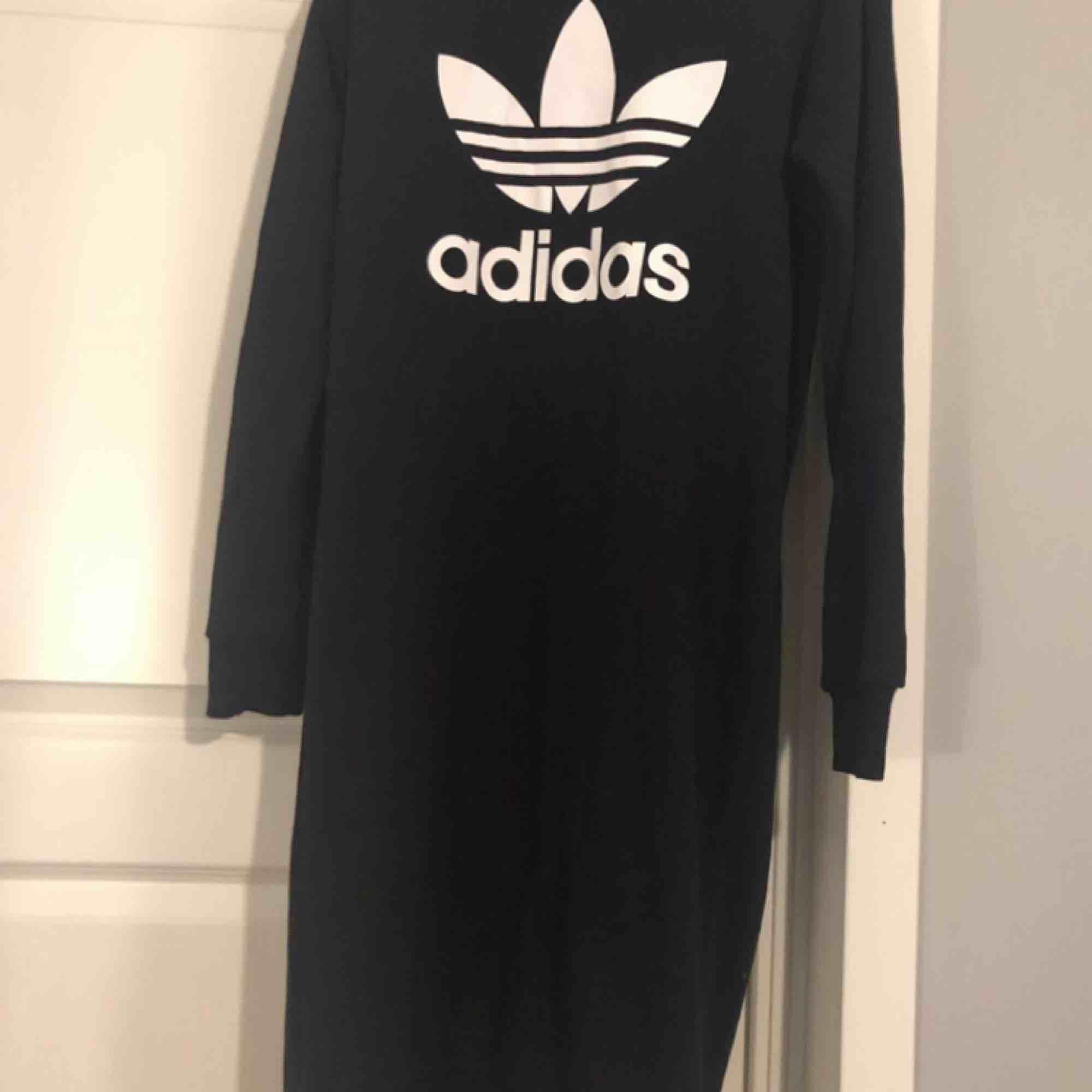 Adidas klänning ny. Klänningar.
