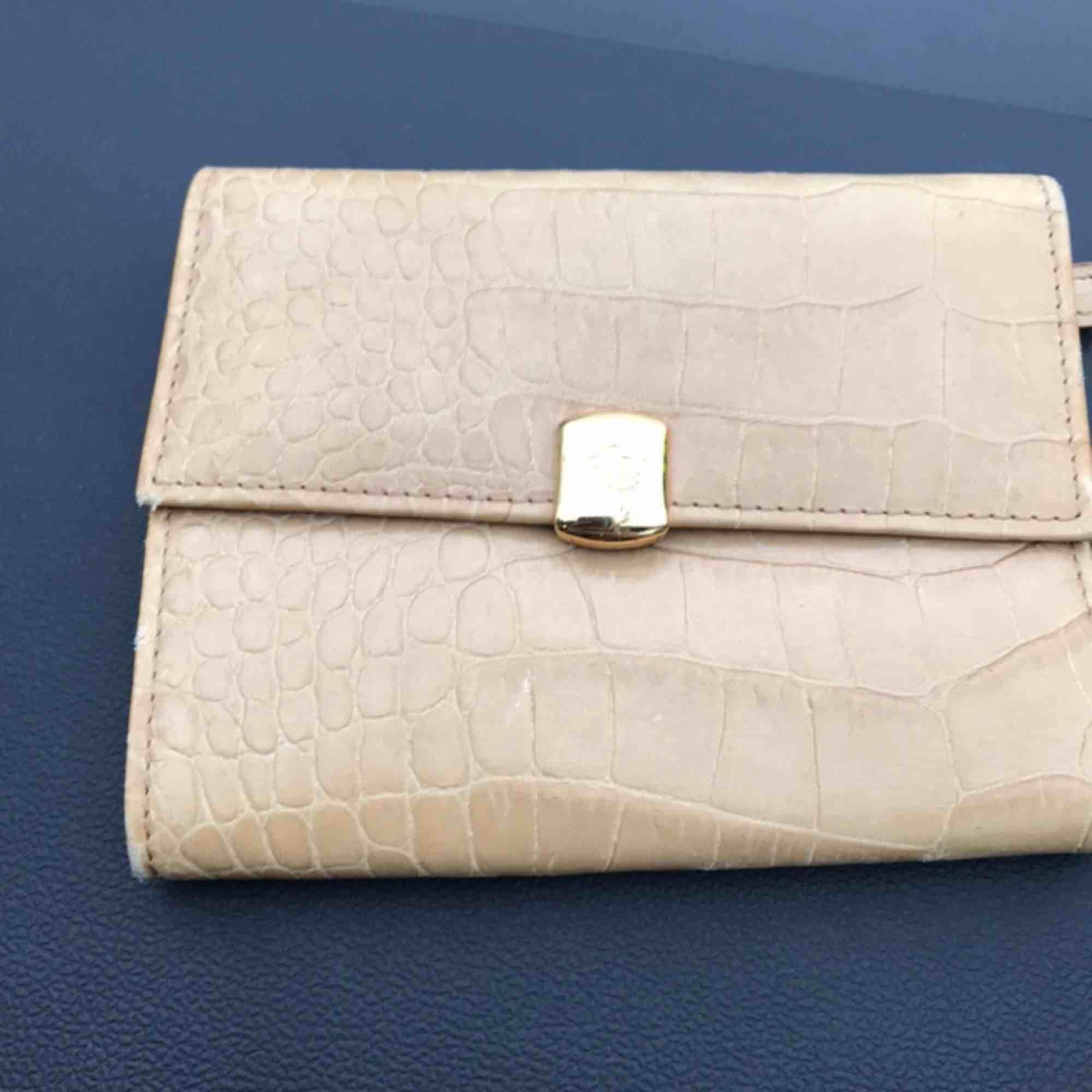 Plånbok från Ralph Lauren. Väl använd där med priset.. Accessoarer.