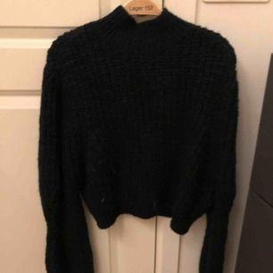 Mörkgrön stickad tröja från ASOS. Kortare modell.