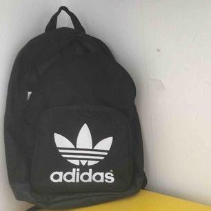 Adidas väska 6 månader gammal använd fåtal ggr bra skick  90kr inkl frakt