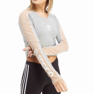 Adidas crop top köpt på jd sports 🌸 Frakt ingår i priset💕 använd 1 gång