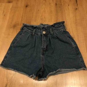 Mörkblå shorts från boohoo.  Högmidjade shorts.