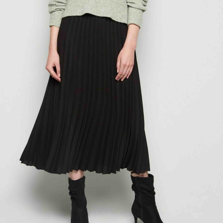 Trendig kjol från stradivarius! En söm är lös vid dragkedjan men den går att öppna/stänga ändå, kan fixas om man syr! Köparen står för frakt . Kjolar.