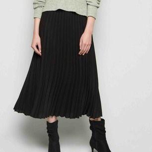 Trendig kjol från stradivarius! En söm är lös vid dragkedjan men den går att öppna/stänga ändå, kan fixas om man syr! Köparen står för frakt