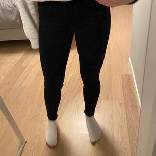 Jättesnygg och sköna jeans som sitter perfekt. Sparsamt använda. Från märket crocker men köpta på JC. Frakt 60kr